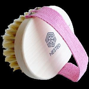NESTED Szczotka do ciała ze szczeciną z różowym paskiem